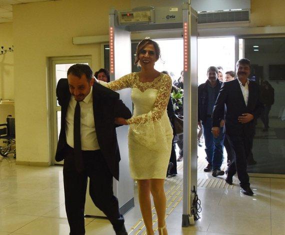 بالصور .. عروس تركية تقيد عريسها بالأصفاد وتقتاده لحفل زفافهما