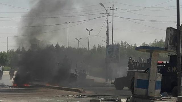 سقوط اول ضابطين قتلى في ذي قار الان وسيارة للشرطة تدهس عدداً من المتظاهرين