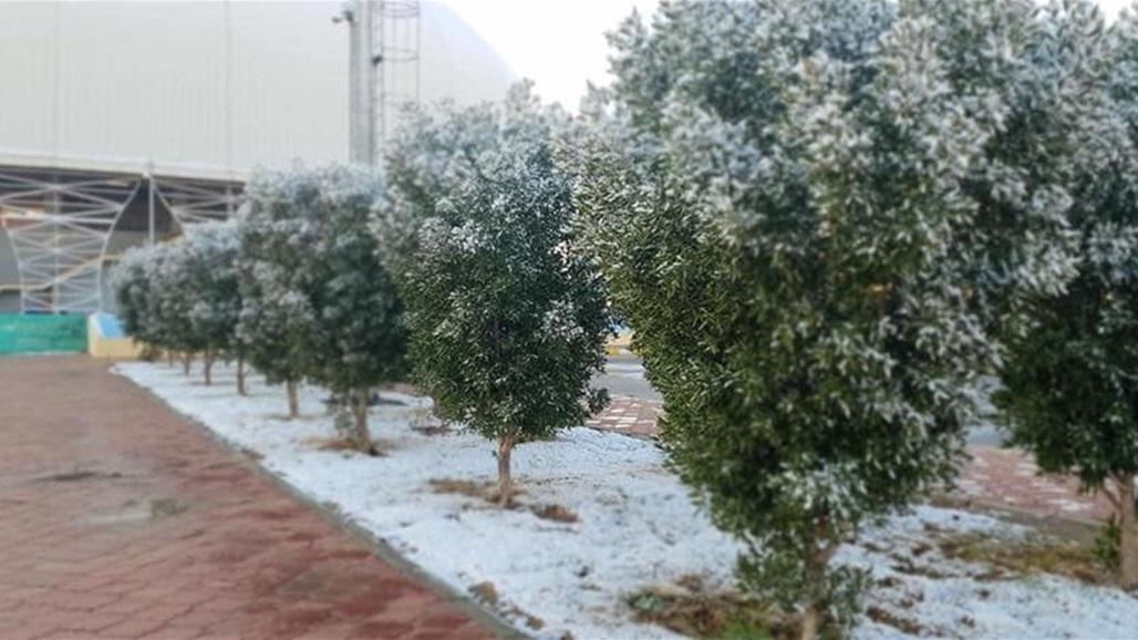 بالصور.. الثلوج تغطي ملعب كربلاء الدولي في ظاهرة نادرة