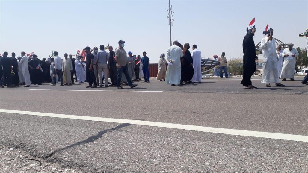"""العشرات من """"محتجزي رفحاء"""" يتظاهرون على الطريق الدولي شمال البصرة"""