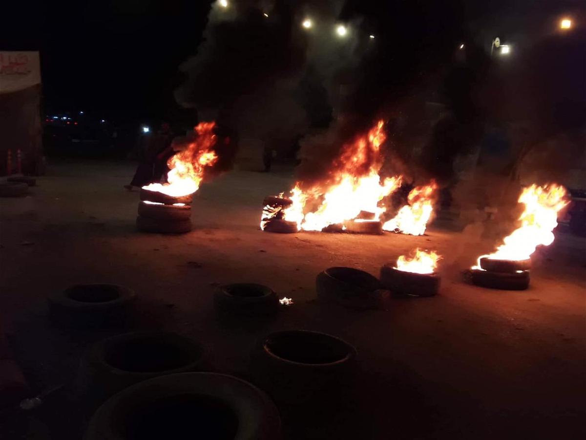 متظاهرون يقطعون طريقاً رئيساً في الديوانية